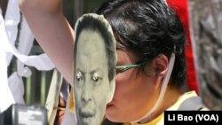 示威者用白布条套脖子拒绝接受自杀报告