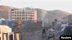Para tentara bergerak menuju Konsulat AS di Herat, Afghanistan pasca serangan pemberontak Taliban, Jumat pagi (13/9).
