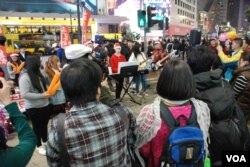 來自東莞的大陸遊客葉小姐(藍色背包者)表示,希望中國能夠有民主