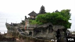 Suasana di Tanah Lot, Bali (foto: dok). Target tingkat kunjungan 7,2 juta wisatawan ke Indonesia tahun ini dipastikan tercapai dan tidak terpengaruh krisis utang di Eropa dan krisis ekonomi global.