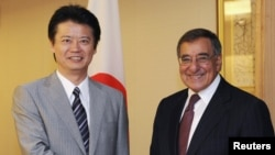 Bộ trưởng Quốc phòng Mỹ Leon Panetta bắt tay Ngoại trưởng Nhật Bản Koichiro Gemba tại Tokyo, ngày 17/9/2012