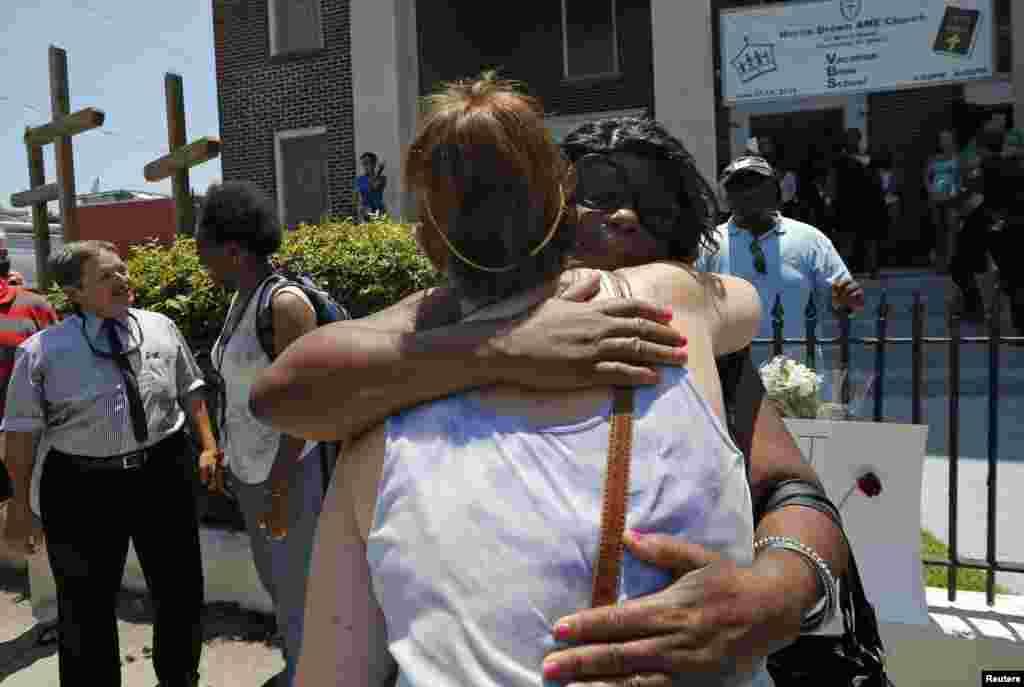 Momento de reconciliación racial antes de una vigilia.
