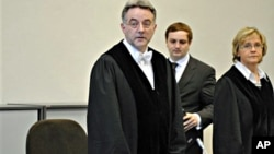 Presiding judge Bernd Steinmetz, left, opens the trial against ten alleged Somali pirates in Hamburg, northern Germany, 22 Nov. 2010