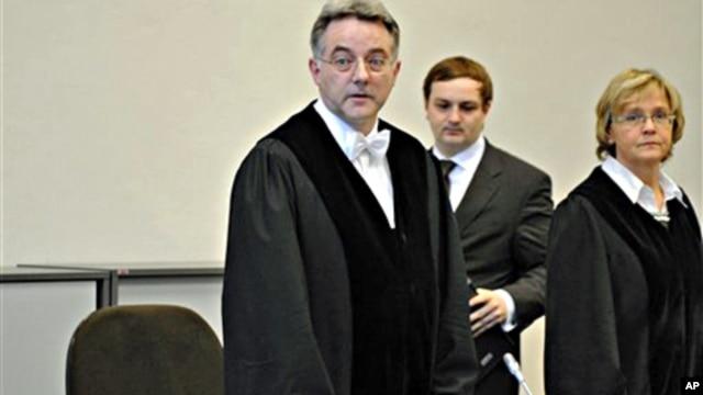 Presiding judge Bernd Steinmetz, left, opens the trial against ten alleged Somali pirates in Hamburg, northern Germany, 22 Nov. 2010