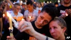 រូបឯកសារ៖ ពលរដ្ឋកាន់ទៀនដុតរំឮកវិញ្ញាណក្ខន្ធជនរងគ្រោះនៃការបាញ់ប្រហារនៅក្លឹបរាត្រី Pulse ក្នុងក្រុង Orlando រដ្ឋហ្លូរីដា កាលពីថ្ងៃទី១៣ ខែមិថុនា ឆ្នាំ២០១៦។