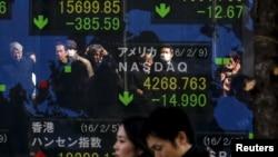 10일 일본 도쿄의 증권거래소 전광판에 증권 현황이 나타나있다.