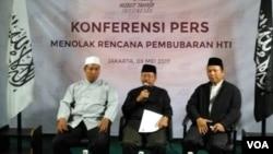 Juru bicara Hizbut Tahrir Indonesia (HTI) Muhammad Ismail Yusanto (tengah) memberikan keterangan pers seputar rencana Pemerintah membubarkan HTI di kantor DPP HTI Jakarta, Selasa (9/5). (Foto: VOA/Andylala)