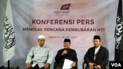 Juru bicara Hizbut Tahrir Indonesia (HTI) Muhammad Ismail Yusanto memberikan keterangan pers seputar rencana Pemerintah membubarkan HTI di kantor DPP HTI Jakarta, Selasa (9/5). (Foto: VOA/Andylala)