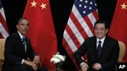 ປະທານາທິບໍດີ ສະຫະລັດ ທ່ານບາຣັກ ໂອບາມາ ແລະ ປະທານປະເທດຈີນ ທ່ານຫູ ຈິນຕາວ ໂອ້ລົມກັນ ໃນວັນພະຫັດທີ 11 ພະຈິກ 2010 ນີ້, ເຊິ່ງເປັນເວລາບໍ່ເທົ່າໃດຊົ່ວໂມງ ກ່ອນໜ້າການເປີດກອງປະຊຸມ ສຸດຍອດ ດ້ານເສດຖະກິດຂອງກຸ່ມ G-20 ນະຄອນຫລວງໂຊລ (AP Photo/Charles Dharapak)