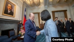 蔡英文總統接見美國國會參議員庫恩斯及哈桑訪問團(台灣總統府照片)