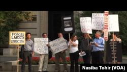 واشنگٹن میں ازبک سفارتخانے کے باہر ازبکستان میں کپاس کی کٹائی میں جبری مشقت کے خلاف مظاہرہ۔