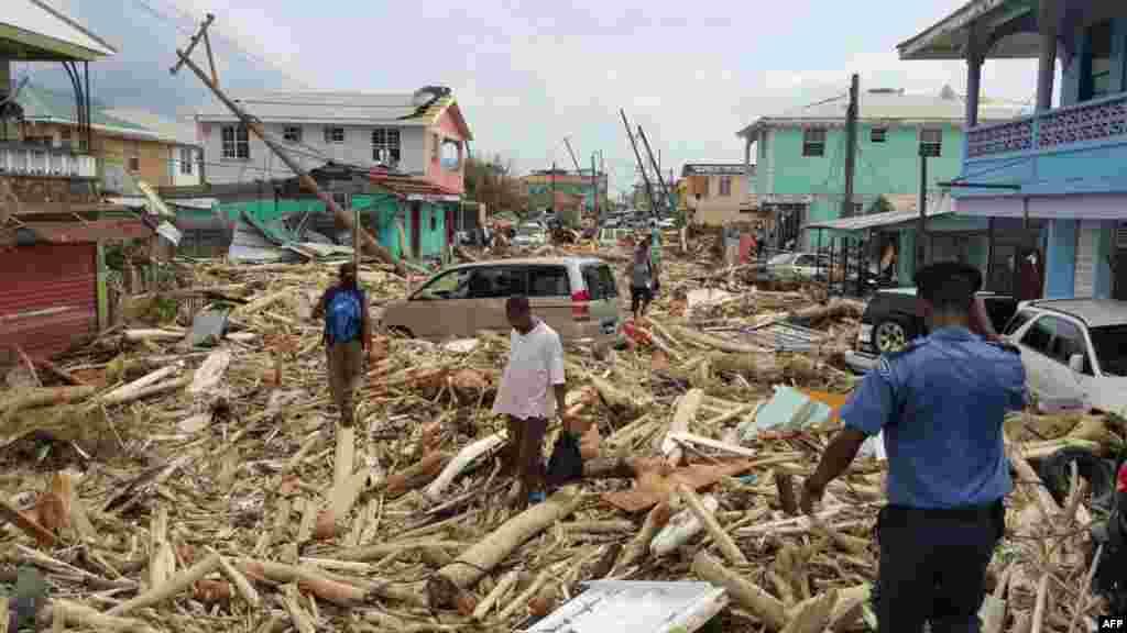 초강력 허리케인 '마리아'가 도미니카공화국을 강타한 후 수도 로조 시가 초토화된 모습이다. 허리케인 '어마' 피해를 입은 카리브해 섬들에 '마리아'가 다시 상륙하면서 피해 규모가 더욱 늘어났다.