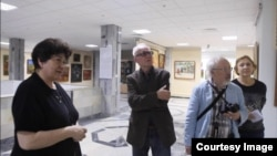 Кадр из фильма «Страсть Игоря Савицкого». Слева – Мариника Бабаназарова, в центре – режиссер фильма Али Хамраев, справа – Александр Волков. Courtesy photo