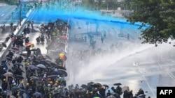 警方在香港政府总部附近对要求民主的示威者动用水炮。(2019年9月15日)