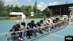 Pelatihan tenis untuk atlet berkursi roda di Solo. (VOA/Yudha Satriawan)