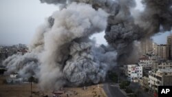 Khói bốc lên sau một cuộc tấn công của lực lượng Israel vào thành phố Gaza, ngày 18/11/2012.