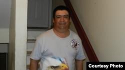 吉列尔莫·佩拉尔塔站在他居住地公寓楼的入口。(麦克·科恩利拍摄)