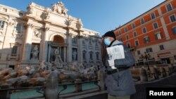 ကိုရိုနာဗိုင္းရပ္စ္ပိုး ကာကြယ္ရန္ ႏွာေခါင္းစီးတပ္ဆင္ထားတဲ့ အီတလီ ႏိုင္ငံ Rome ၿမိဳ႕က အမ်ိဳးသား တဦး (သတင္းဓာတ္ပံု - မတ္ ၁၀၊ ၂၀၂၀)