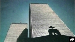 Ο Αγ. Νικόλαος με φόντο του Δίδυμους Πύργους πριν την 11η Σεπτεμβρίου 2001.