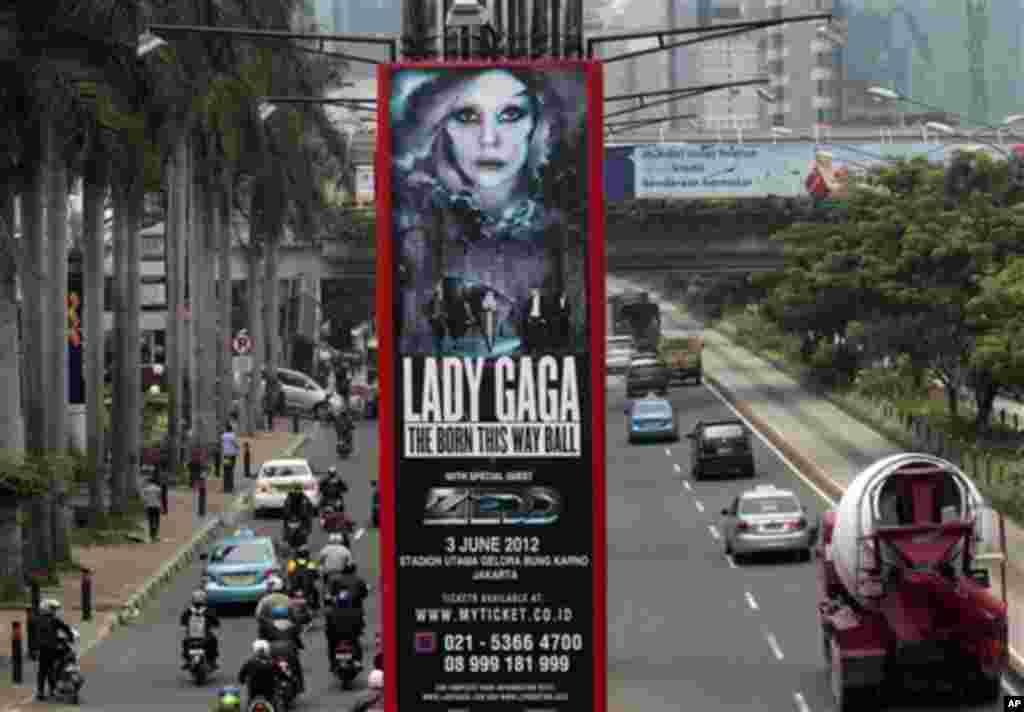 Baliho konser Lady Gaga di Jakarta, yang sedianya berlangsung 3 Juni (AP).
