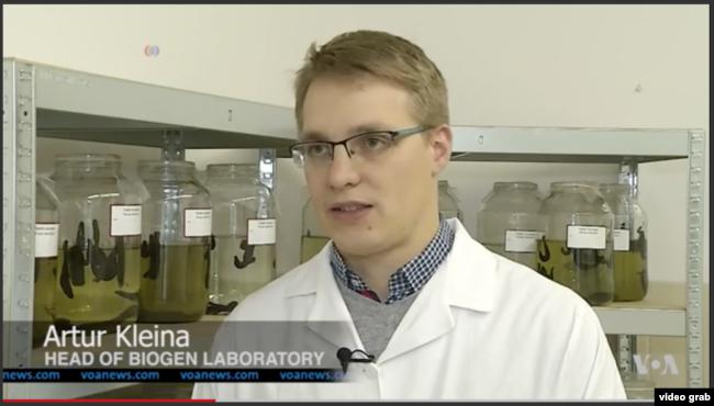 Artur Kleina, Kepala Laboratorium Biogen. (Photo: VOA/Videograph)