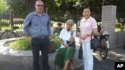 美國醫生德維拉•馬庫斯(中)、美國人權活動人士科迪•奈斯(左)在杭州浙江第四監獄辦公樓前與被關押的異議人士朱虞夫的妻子薑杭莉合影。 (照片由對華援助協會提供)