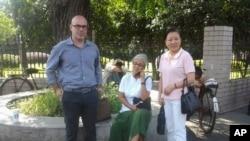 美国医生德维拉•马库斯(中)、美国人权活动人士科迪•奈斯(左)在杭州郊外的浙江第四监狱办公楼前与被关押的异议人士朱虞夫的妻子姜杭莉在一起。(照片由对华援助协会提供)