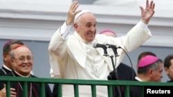 教宗方济各在古巴圣地亚哥慈善圣母大教堂主持弥撒时发表讲话。(2015年9月22日)