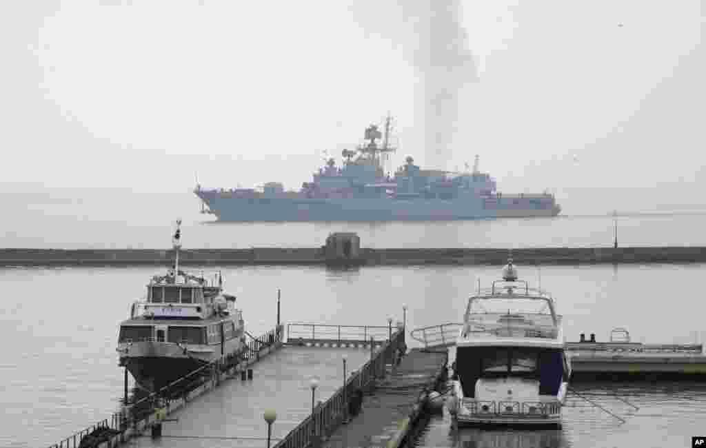 Tàu khu trục Hetman Sahaydachy của Ukraina tiến vào cảng Biển Đen của Odessa, ngày 6/3/2014.