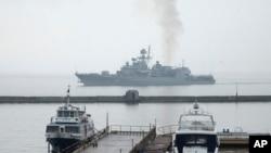 NATO bilan harbiy mashqlarda ishtirok etgan Ukrainaning Getman Sagaydachniy harbiy kemasi Qora dengizdagi Odessa portiga qaytmoqda, 6-mart, 2014-yil.