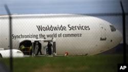 调查人员在费城国际机场的美国联合包裹运送服务公司的一架飞机上执行公务
