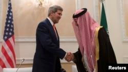 美国国务卿克里(左)与沙特阿拉伯外交大臣费萨尔亲王11月4日在利雅得会晤