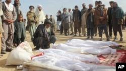 阿富汗平民聚集在冲突中死亡者周围。