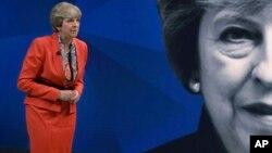 La primera ministra Theresa May, que convocó los comicios con la esperanza de fortalecer su mandato para las negociaciones de salida de Gran Bretaña de la Unión Europea, ha visto como la ventaja que llevaba su Partido Conservador se ha esfumado en esta semana.