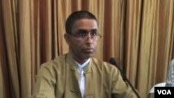 Rohingya activist Hajee Ismail speaks at the Foreign Correspondents Club in Bangkok, Thailand, June 23, 2016. (S. Herman/VOA)
