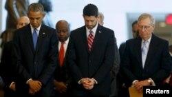 Dari kiri, Presiden AS Barack Obama, Ketua DPR Paul Ryan dan Pemimpin Mayoritas Senat Mitch McConnell berdoa pada akhir upacara peringatan 150 tahun Amandemen ke-13, yang secara formal menghapus perbudakan (9/12). (Reuters/Jonathan Ernst)