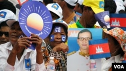 Supporters await the arrival of Cambodian opposition leader Sam Rainsy at Freedom Park, Phnom Penh, July 19, 2013. (Robert Carmichael/VOA)