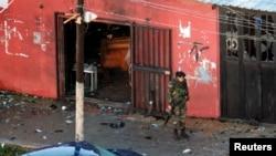 黎巴嫩军人北方城市的黎波里一家遭自杀炸弹袭击的咖啡馆外面站岗