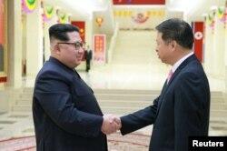 朝鲜领导人金正恩在平壤会见到访的中共中央对外联络部部长宋涛。 (2018年4月15日)