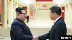 លោក Kim Jong Un ជួបជាមួយនឹងលោក Song Tao ប្រធានផ្នែកទំនាក់ទំនងអន្តរជាតិនៃគណបក្សកុម្មុយនិស្តចិនដែលបានដឹកនាំក្រុមសិល្បៈទៅចូលរួមពិធីបុណ្យទិវាសិល្បៈនៅប្រទេសកូរ៉េខាងជើងសម្រាប់ពិធីបុណ្យ April Spring Friendship Art Festival កាលពីថ្ងៃទី១៥ ខែមេសា ឆ្នាំ២០១៨។