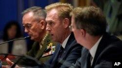 """패트릭 섀너핸 미 국방장관 대행(가운데)과 조셉 던포드 합참의장(왼쪽)이 8일 상원 청문회에서 증언했다. 섀너핸 장관 대행은 북한이 최근 발사한 것은 """"로켓과 미사일""""이라고 말했다."""