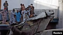 ماڈل کالونی کے ایک گھر پر گرنے والے طیارے کا ملبہ۔