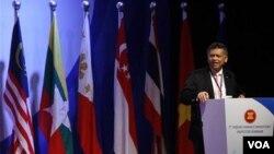 Sekjen ASEAN Surin Pitsuwan memberikan pidato pada pertemuan tingkat menteri ASEAN di Bali (18/7).