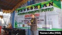 D'Carlo Purba dari ADRA Indonesia saat memberikan sambutan dalam kegiatan Peresmian gedung baru Puskesmas Pembantu desa Pakuli Utara, Kecamatan Gumbasa, Kabupaten Sigi Sulawesi Tengah, 21 November 2019. (Foto: VOA/Yoanes Litha)