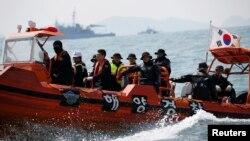 """南韓救援人員4月20日搜尋""""歲月號""""渡輪失蹤人員。"""