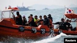 Buzos surcoreanos operan cerca del ferry Sewol frente a la isla de Jindo, en Corea del Sur.