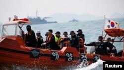 Para penyelam Korea Selatan masih terus melakukan pencarian terhadap 16 korban kapal feri Sewol yang masih hilang (foto: dok).