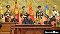 김정은 북한 국방위원회 제1위원장이 25일 평양에서 열린 전국노병대회에서 축하 연설을 하고 있다.
