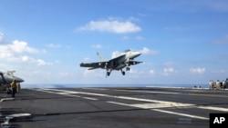 지난 4월 남중국해에서 항해 중인 미군 항공모함 스테니스 호에 FA-18 전투기가 착륙하고 있다. (자료사진)