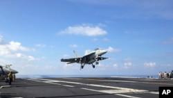 Tư liệu: Một phản lực cơ FA-18 đáp xuống tàu sân bay USS John C. Stennis trong Biển Đông. Ảnh chụp ngày 15/4/2016,